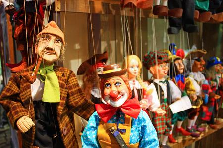 伝統的な人形は木から成っています。プラハ - チェコ共和国の店