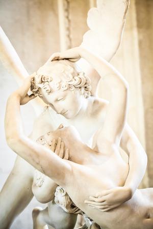 psyche: Psique estatua de Antonio Canova restablecida por el beso de Cupido, encargó por primera vez en 1787, es un ejemplo de la devoción al amor de estilo neoclásico y la emoción