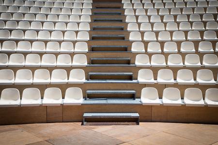 Freilichttheater mit natürlichem Tageslicht; Kunststoffsitzreihen Standard-Bild - 87006159