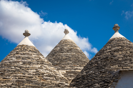Alberobello, regio Puglia, ten zuiden van Italië. Traditionele daken van de Trulli, originele en oude huizen van deze regio. Stockfoto - 94315787