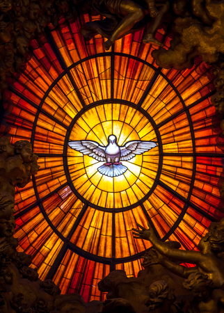 Rom, Italien, 24. AUGUST 2018: Thron Bernini Heiliger Geist Taube Petersdom Vatikan Rom Italien. Bernini schuf den Petersthron mit Heiliger Geist Taube Glasmalerei Bernstein im 17. Jahrhundert
