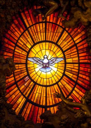 Roma, Italia - 24 de agosto de 2018: Trono Bernini Espíritu Santo Paloma Basílica de San Pedro Vaticano Roma Italia. Bernini creó el trono de San Pedro con la paloma del Espíritu Santo Vidriera de ámbar en 1600