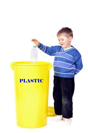 Jongen recycling plastic fles Stockfoto