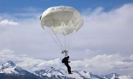 Parachutist over de achtergrond van de berg Stockfoto