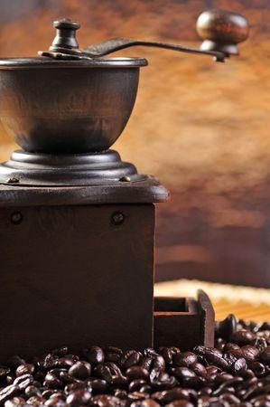 młynek do kawy: Stare młynek kawy i ziaren kawy  Zdjęcie Seryjne