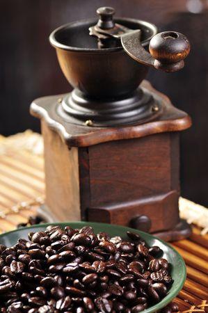oude koffiemolen en koffiebonen Stockfoto