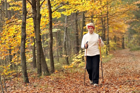 Senior vrouw trein nordic walking Stockfoto