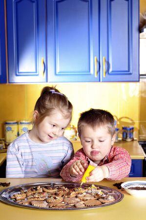 Jong meisje en jongetje maken van cookies Stockfoto