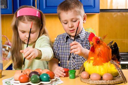 kinderen zijn het schilderen van eieren met Pasen