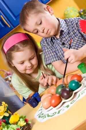 children are painting eggs at Easter Standard-Bild