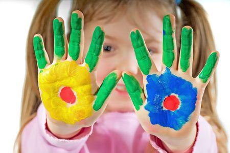 Jonge meisje met handen geschilderd