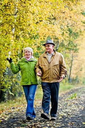 parejas caminando: Senior pareja caminando en el parque