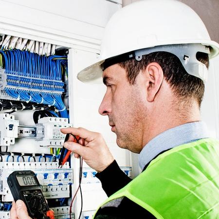 Elektricien het controleren van een zekeringkast Stockfoto