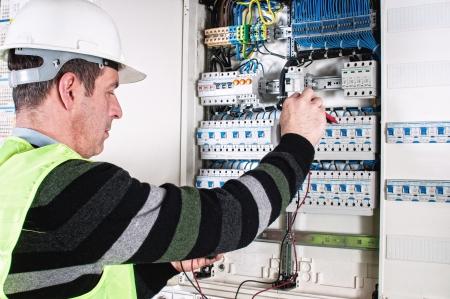panel de control: Electricista comprobar una caja de fusibles Foto de archivo