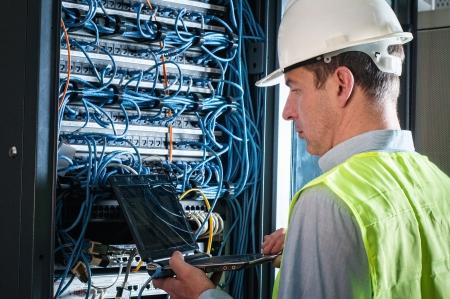 Elektricien controleren van een zekeringkast
