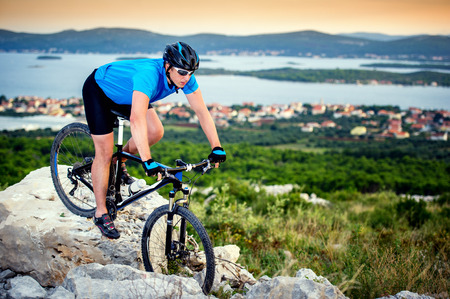 mountainbiker rijden op Kroatië