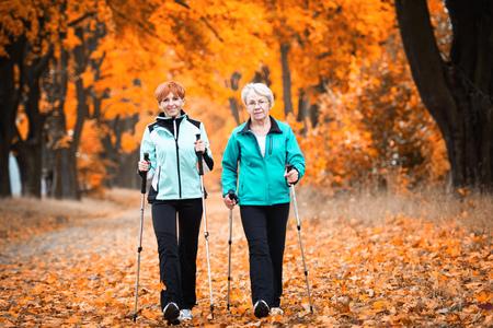 Madre e hija se entrenan nordic walking