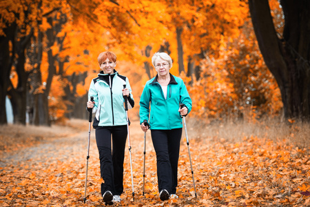 Mother and daughter train nordic walking Stockfoto