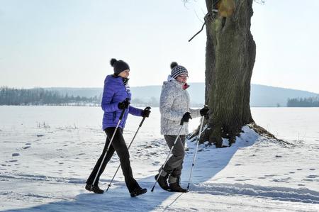 Moeder en dochter trainen nordic walking Stockfoto