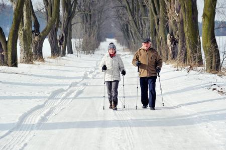 paar senior trein nordic walking