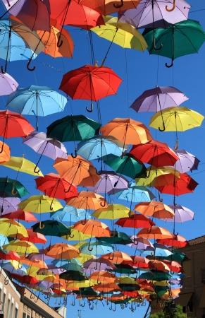 色のパラソル、マドリッド ヘタフェ、スペインで飾られた通り 写真素材