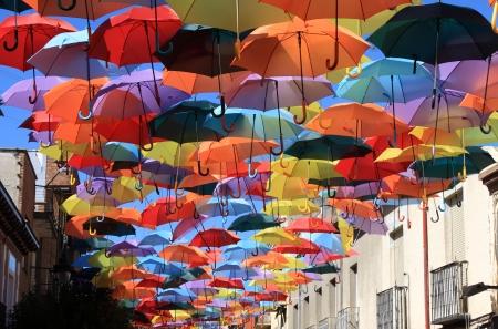 Straat versierd met gekleurde paraplu's Madrid, Getafe, Spanje
