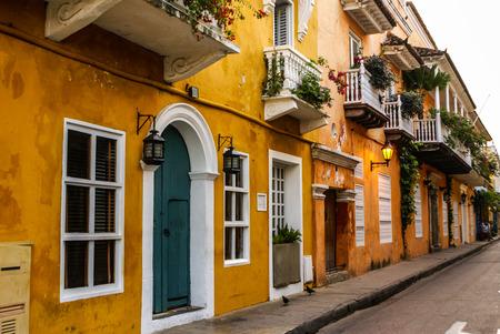 カルタヘナ, コロンビアの古い歴史的な植民地住宅の通りの典型的なストリート シーン