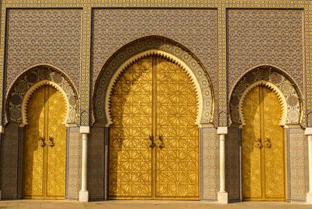 fez: Primer plano de 3 puertas adornadas de lat�n y teja para el Palacio Real de Fez, Marruecos