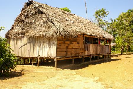 rio amazonas: Perú, paisaje peruano de Amazonas. La foto actual típico de solución de tribus indígenas en Amazonas