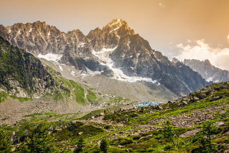 Hiking to Argentiere glacier with the view on the massif des Aiguilles Rouges in French Alps 版權商用圖片 - 29607029