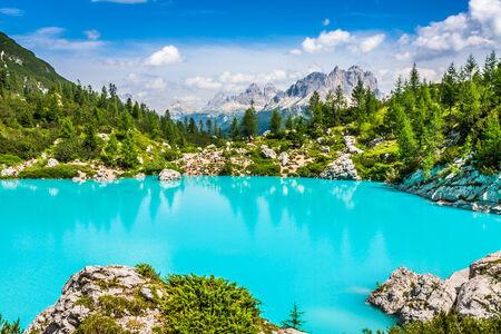 Türkis Sorapis-See in Cortina d'Ampezzo, mit Dolomiten und Wald - Sorapis Circuit, Dolomiten, Italien, Europa