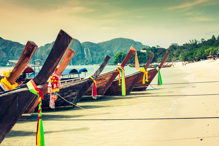 bateau: Bateau long et la plage tropicale, mer d'Andaman, les îles Phi Phi, en Thaïlande