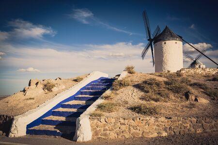 don quijote: molinos de viento de Don Quijote. Cosuegra, Espa�a Foto de archivo