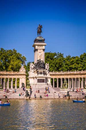 parque del buen retiro: Madrid, Spain - 15, JUNE,2014: people riding small boats at Parque del Buen Retiro Editorial