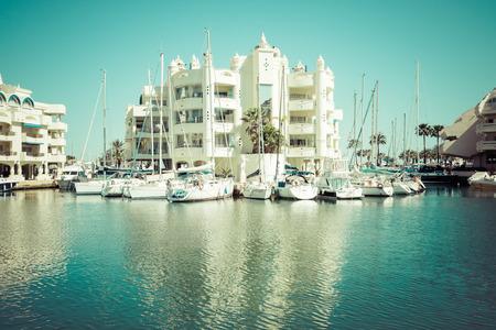 literas: BENALMADENA, ESPA�A - MAYO 5,2013: Vista de Puerto Marina en Benalm�dena, Costa del Sol M�laga, Espa�a. Esta marina tiene amarres para barcos 1100. Fue inaugurado en 1987.