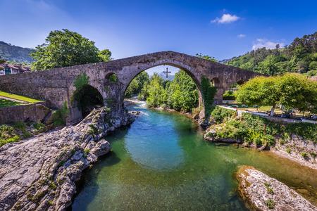 Roman Stary kamienny most w Cangas de Onis (Asturias), Hiszpania Zdjęcie Seryjne
