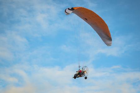 motorizado: El ala delta motorizada en el cielo azul Editorial