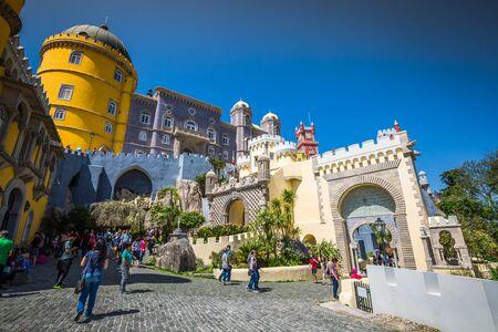 arabe: Sintra, Portugal - 13 de abril de 2015: El castillo de Pena en Sintra, Portugal Editorial