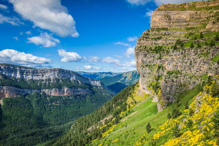 Hermoso paisaje del Parque Nacional de Ordesa famosa, Pirineos, España.