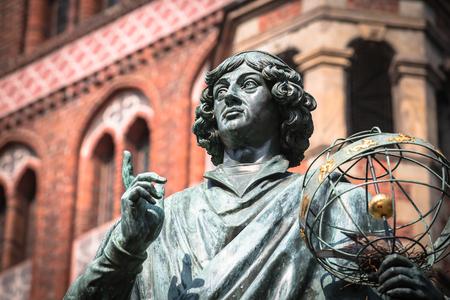 Monumento de gran astrónomo Nicolás Copérnico, Torun, Polonia
