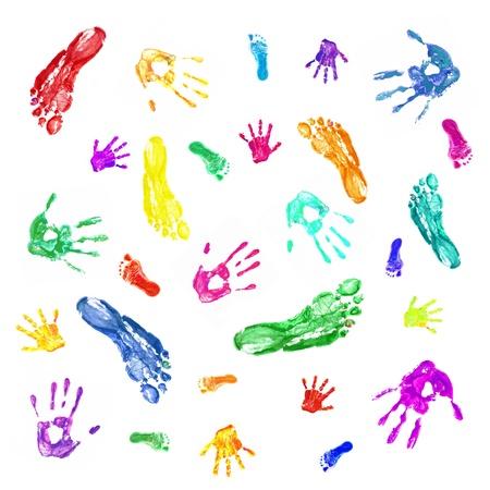 foot step: Sfondo colorato da stampe delle mani e dei piedi dipinte della famiglia, mamma, pap� e bambino. Famiglia, divertimento e concept creativo. Isolato su sfondo bianco Archivio Fotografico
