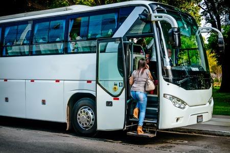 Concept de transport, de tourisme, de voyage sur la route et de personnes - embarquement de passagers pour voyager en bus