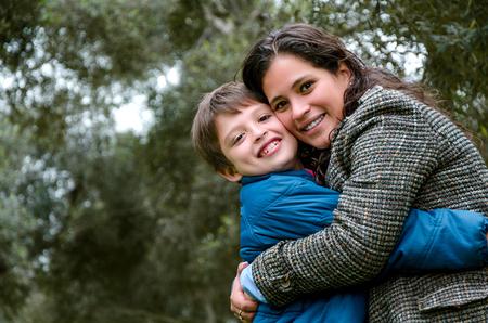 息子のティーンエイジャーを持つ母親の肖像画。優しさ、愛、多国籍家族 写真素材 - 109429491