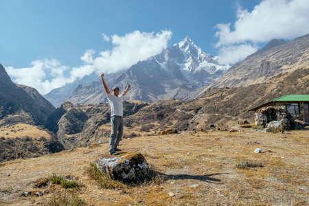 Backpacker enjoying the view in the way to machu picchu in the Salkantay trek, Peru Standard-Bild