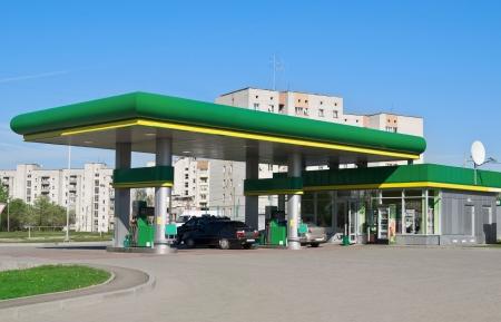 gas station: estaci�n de gas en un cielo de fondo
