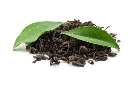 teepflanze: Schwarzer Tee und Bl�tter ist auf wei�em hintergrund isoliert