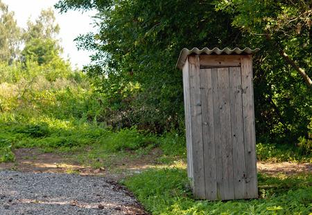 latrina: vecchia latrina in erba verde Archivio Fotografico