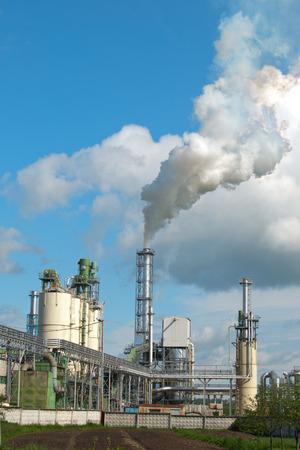 contaminacion aire: La contaminación del aire por el humo saliendo de dos chimeneas de la fábrica.