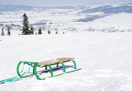 traîneau sur beau paysage d'hiver avec des arbres couverts de neige