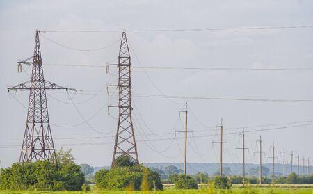 pilier électrique de champ vert